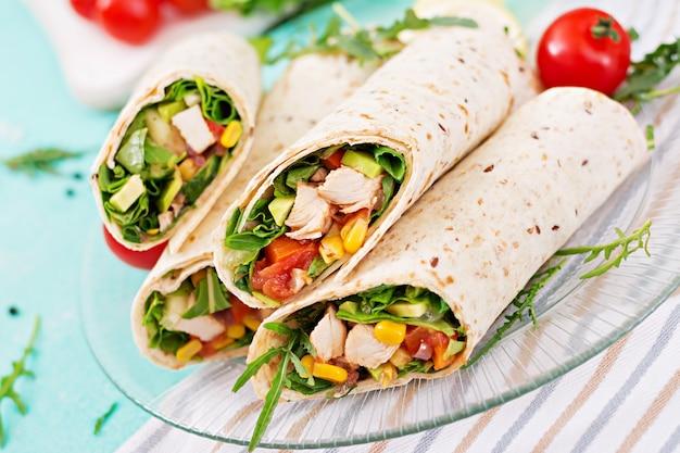 ブリトーは鶏肉と野菜で包みます。チキンブリトー、メキシコ料理。 無料写真