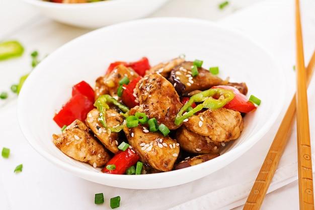 Домашняя курица кунг пао с перцем и овощами. китайская еда. жарить в раскаленном масле. Бесплатные Фотографии
