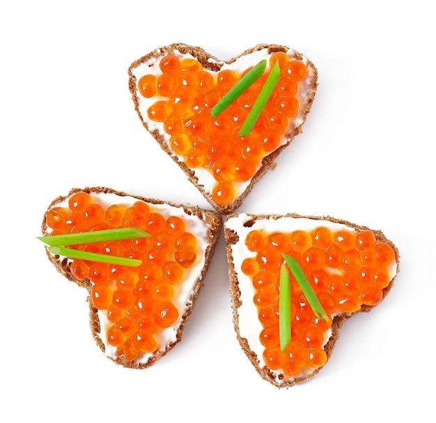 ハートの形の赤キャビアのサンドイッチ 無料写真