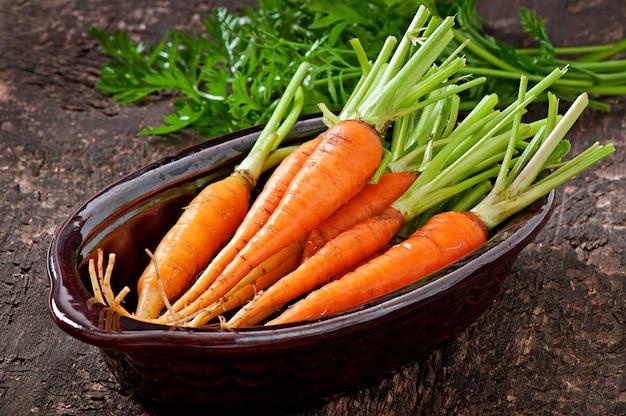 Свежая морковь на старой деревянной поверхности Бесплатные Фотографии