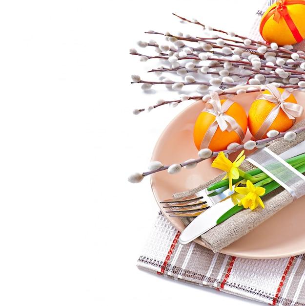 Красочные пасхальные яйца на белой поверхности Бесплатные Фотографии