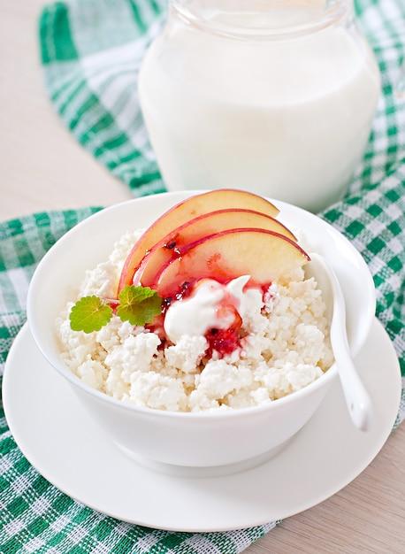 Творог с яблоками и сметаной на завтрак Бесплатные Фотографии