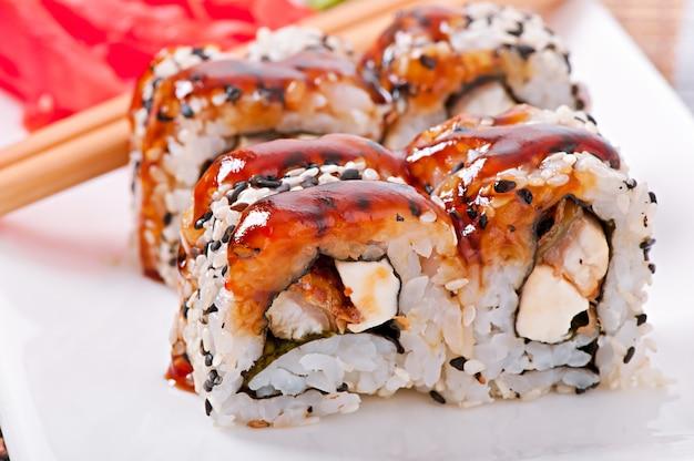 伝統的な新鮮な日本の巻き寿司 無料写真