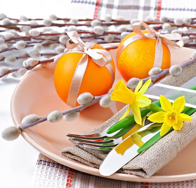 Красочные пасхальные яйца на белом Бесплатные Фотографии