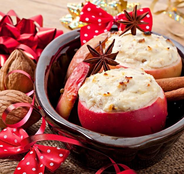 ハニークリームチーズ、レーズン、ナッツ入り焼きりんご Premium写真