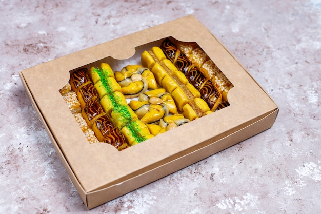 Традиционные восточные сладости с различными орехами на конкретном фоне, вид сверху, копия пространства Бесплатные Фотографии