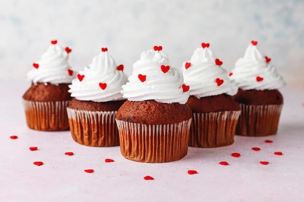 День святого валентина фон, шоколадные кексы с конфеты в форме сердца, вид сверху Premium Фотографии