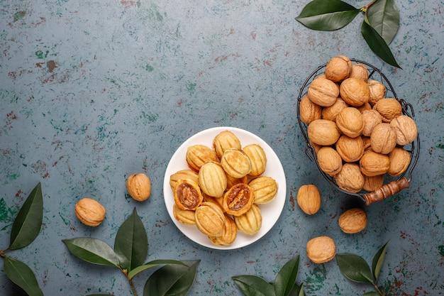 Домашнее русское печенье с вареной сгущенкой и грецкими орехами. Premium Фотографии