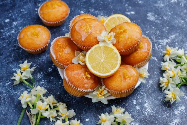 コンクリートのプレートにレモンとおいしい焼きたての自家製レモンマフィン Premium写真