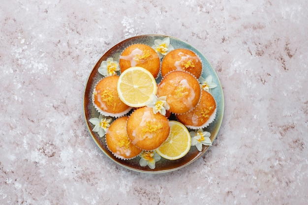 皿にレモンとおいしい焼きたての自家製レモンマフィン Premium写真