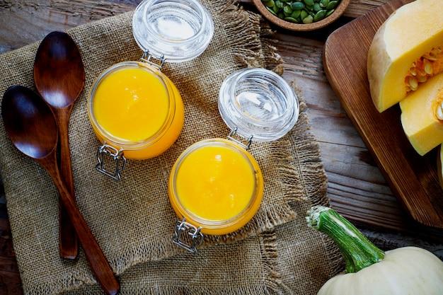 かぼちゃの種入りローストバターナットスカッシュクリームスープ Premium写真