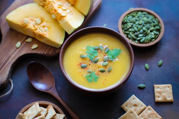 Крем-суп из обжаренного тыквенного ореха с тыквенными семечками Бесплатные Фотографии