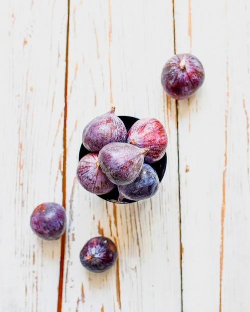 光、トップビューで新鮮な熟した紫色のイチジク 無料写真