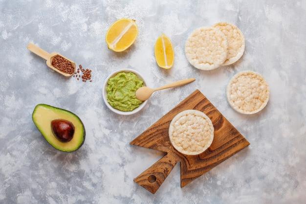 ライスパン、レモンスライス、アボカドスライス、種子の上面のアボカドオープントースト。 無料写真