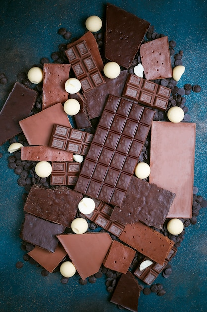 ダーク、ホワイト、ミルクチョコレートの破片。上面図 Premium写真