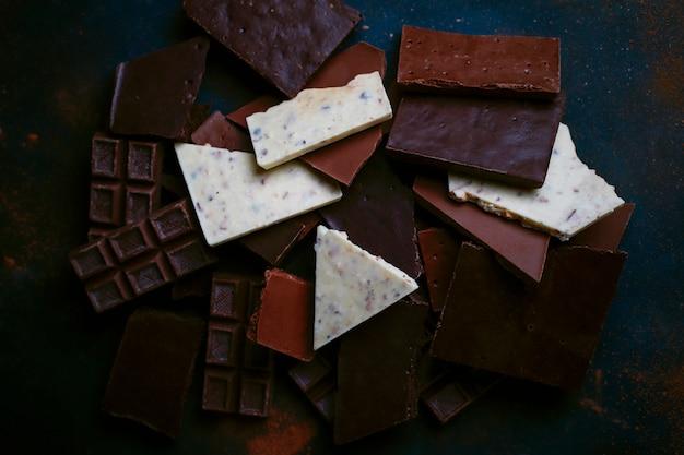 ダーク、ホワイト、ミルクチョコレートの破片。上面図 無料写真
