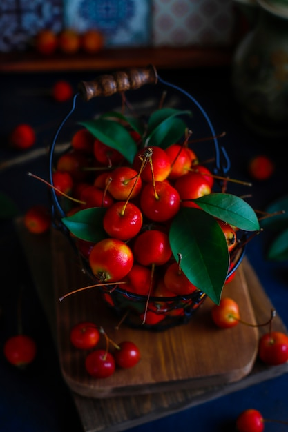 ストレージフードバスケットに熟した赤いリンゴ 無料写真