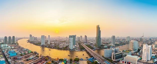 Прекрасный вид на город бангкок с рекой чаопрая на закате Premium Фотографии
