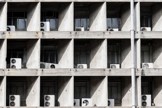 高層ビル外エアコンプレッサー Premium写真