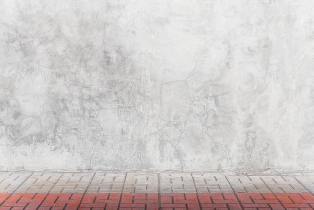 部屋のレンガの床と空の灰色のコンクリート壁 Premium写真