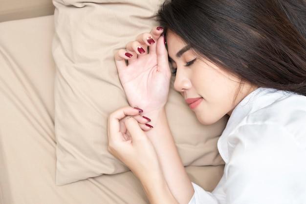 彼女のベッドで深く眠っている美しい女性。 Premium写真