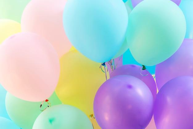 風船のパターンの多色から抽象的な背景。休日と祭りパーティーバックドル Premium写真