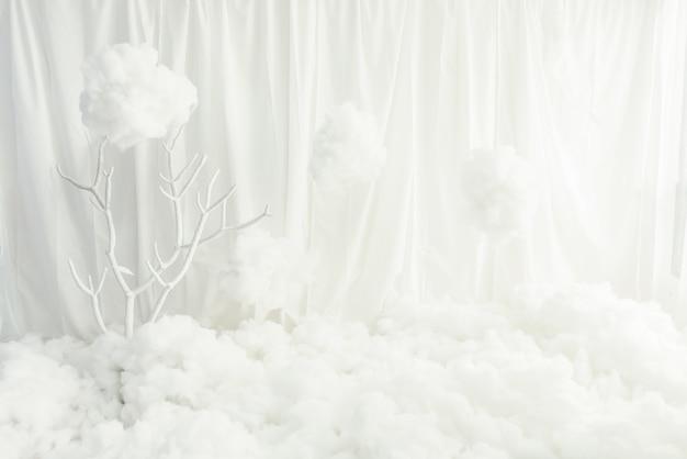 空の部屋の床に白い生地の壁白い白い詰め物。 Premium写真
