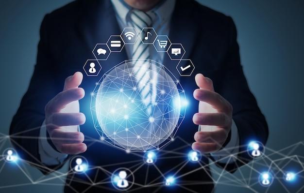 グローバルな革新とネットワーク技術の概念、社会的な惑星を保持しているビジネスマン、ネットワークは世界中に接続します Premium写真