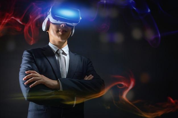 技術とデジタルビジネスイノベーションコンセプト、仮想現実ゴーグルの眼鏡をかけているビジネスマン Premium写真