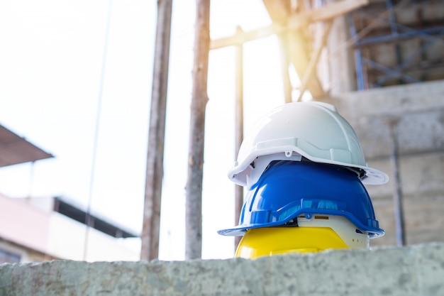 Защитные шлемы на строительной площадке Premium Фотографии