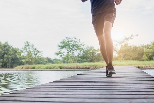 走っていると運動の男の足を閉じる Premium写真