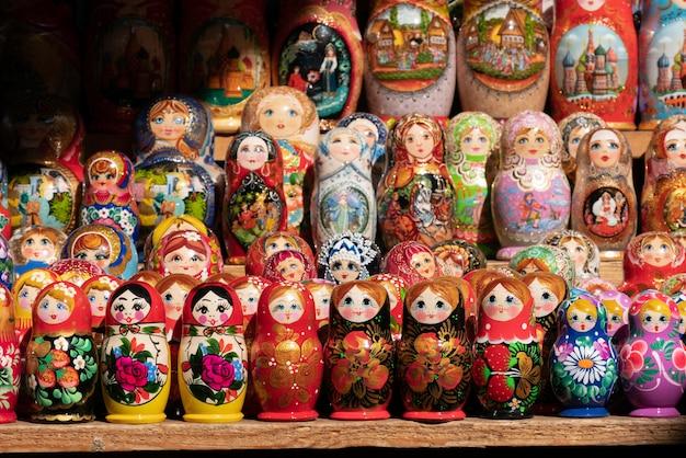 マトリョーシカの行。ロシアのお土産市場で塗られた人形の形のロシアの木製人形。 Premium写真