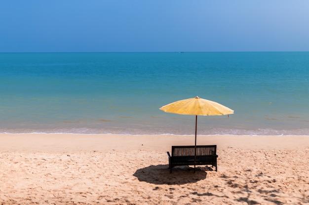 ビーチの椅子とビーチパラソルの風景 Premium写真