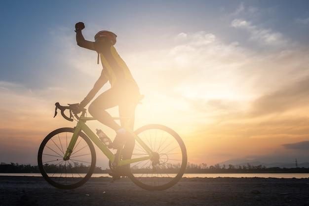 自転車に乗って朝のロードバイクに乗る Premium写真