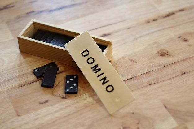 高解像度と木製のボックスセットとプラスチックドミノゲームのコンセプト画像 Premium写真