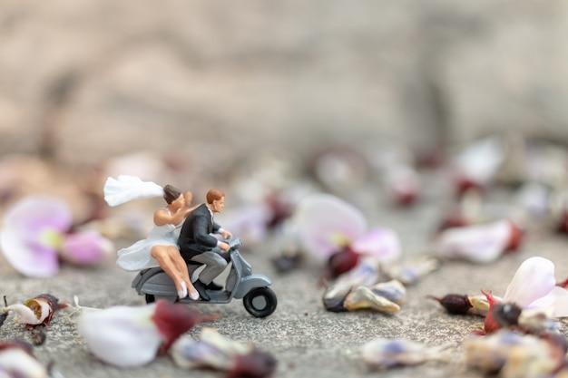 カップルが庭でオートバイに乗って Premium写真