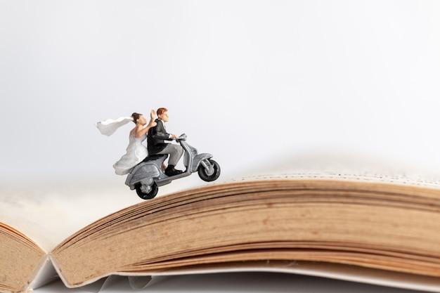 古い本のバイクに乗ってカップル Premium写真