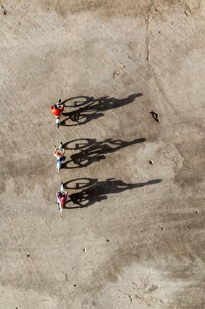 ミニチュアの人々:自転車に乗る旅行者 Premium写真