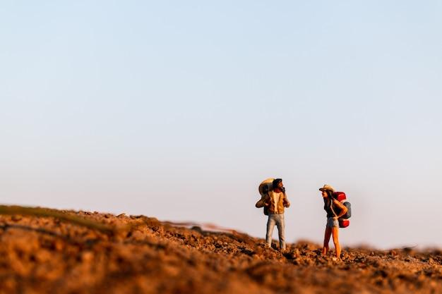 バックパック登山を持つ旅行者。屋外を歩くバックパックとハイキング男 Premium写真