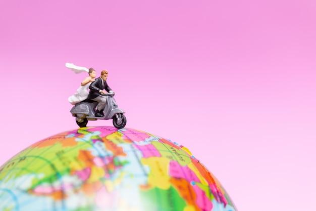グローブ、バレンタインコンセプトにバイクに乗るカップル Premium写真