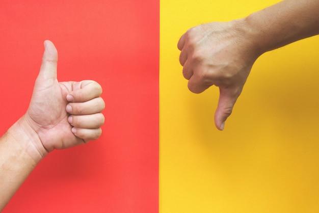 赤と黄色を親指で上下に Premium写真