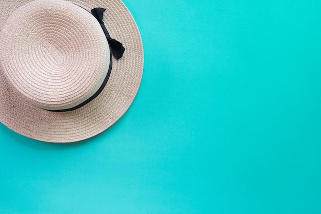 Соломенная шляпа панамы лета на зеленой пастельной предпосылке. Premium Фотографии