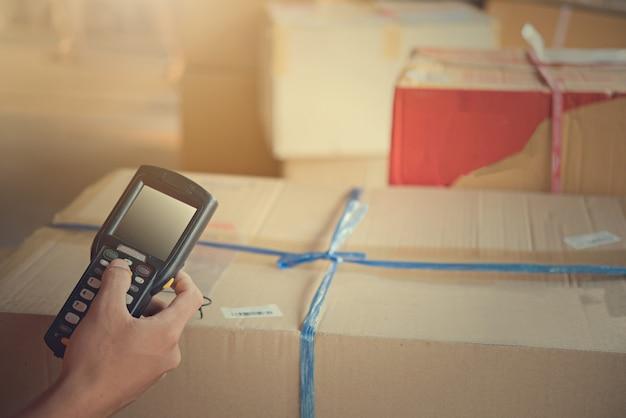 Пакет сканирования работника на складе Premium Фотографии