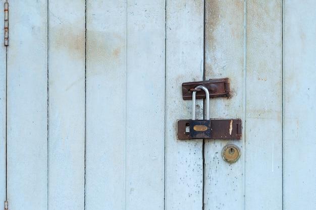 さびた鍵で古いドアロック、閉鎖古いヴィンテージの木製のドア Premium写真