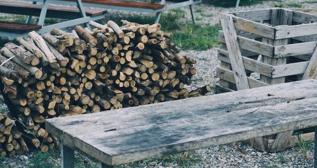 冬の薪、薪の山、薪の山。 Premium写真