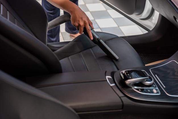 掃除機で車内を掃除する Premium写真