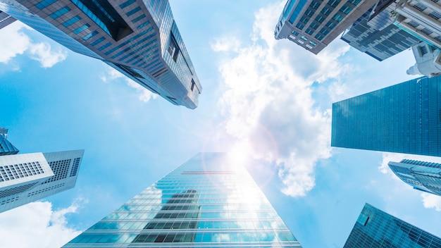 空と外のガラス張りの壁モダンな建物 Premium写真