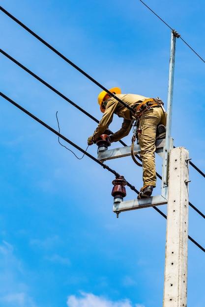 電気労働者は電気システムを修復しています Premium写真
