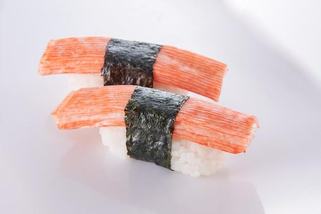 Японская еда. суши с морепродуктами на белом фоне Premium Фотографии