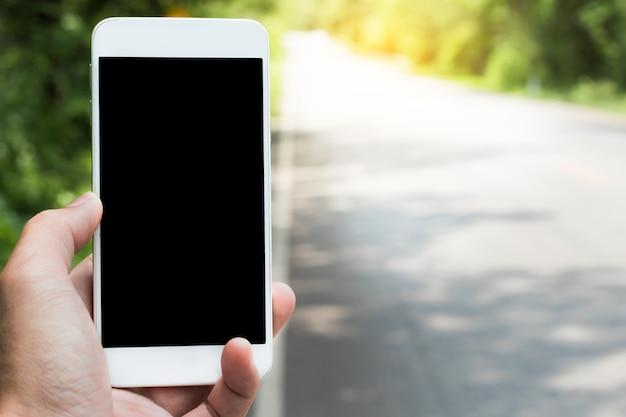 衛星ナビゲーションアプリケーションでモバイルスマートフォンの検索場所を使用する。 Premium写真